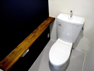 アクセント×棚板のトイレ (ネイビーの時間)