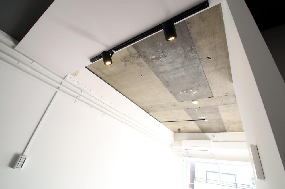 減室リノベーションで素材と質感を楽しむ (スラブ天井とシーリングライト)