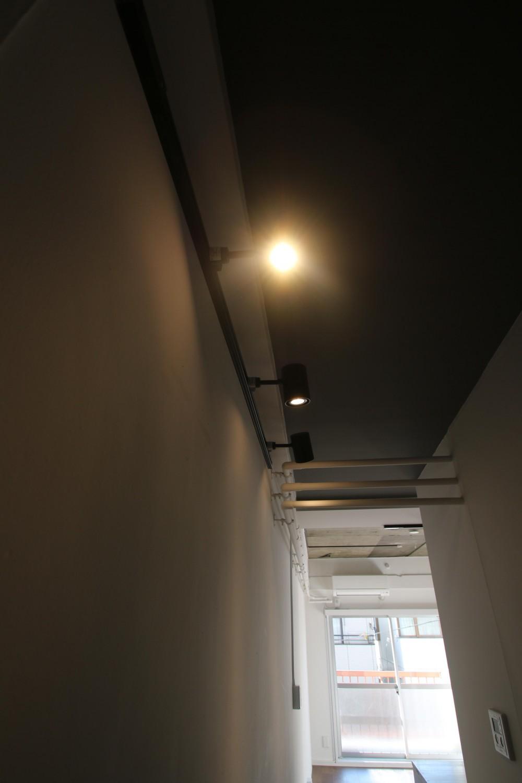 減室リノベーションで素材と質感を楽しむ (ライティングレール&配管の廊下)