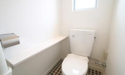 アンティークブルーのジブンだけ空間 (棚板×チェック柄の明るいトイレ)