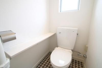 棚板×チェック柄の明るいトイレ (アンティークブルーのジブンだけ空間)