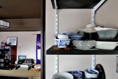 """食器の並べられた稼動棚 (昔からずっとあるような懐かしさを。""""和リノベ""""の魅力)"""