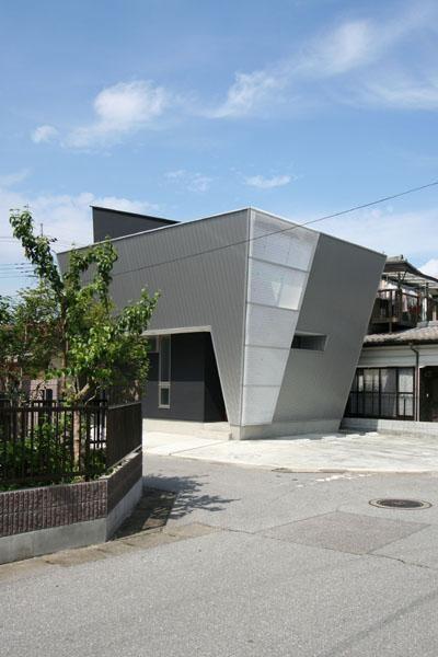 個性的な外観 (SZH 楔形の都市型住宅)