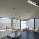 SZH 楔形の都市型住宅の写真 リビング書斎スペース・アプローチ・デッキ・リフレクター
