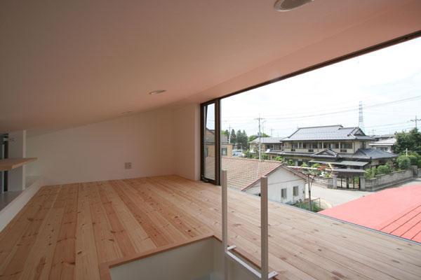 SZH 楔形の都市型住宅の部屋 ロフトより北東を見る