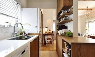 家族もワンちゃんも大満足!ペレットストーブのある自然な暮し (キッチン)