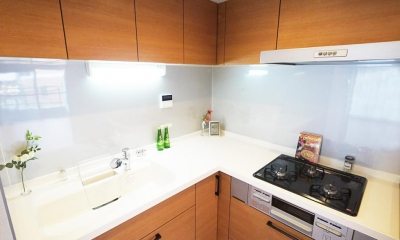 トップライトから自然光が差し込む明るいキッチン (L型キッチン)