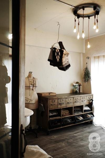 ガラス越しに望むショップのようなもうひとつの風景:マンションリノベーションK様邸 (家事室兼洗面室)