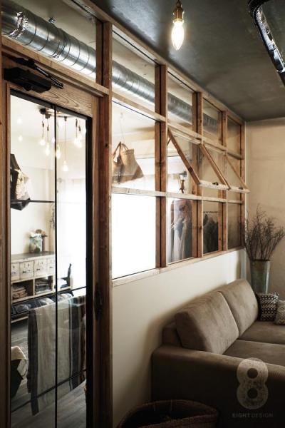 ガラス越しに望むショップのようなもうひとつの風景:マンションリノベーションK様邸 (格子窓のあるリビング)