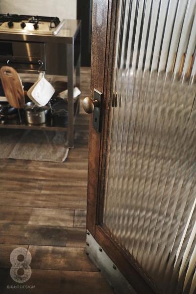 ガラス越しに望むショップのようなもうひとつの風景:マンションリノベーションK様邸 (リビングのアンティークドア)