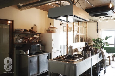 キッチン越しのリビング (ガラス越しに望むショップのようなもうひとつの風景:マンションリノベーションK様邸)