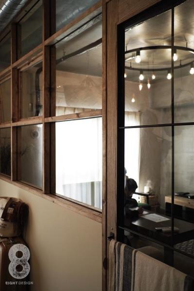 格子窓越しのリビング (ガラス越しに望むショップのようなもうひとつの風景:マンションリノベーションK様邸)