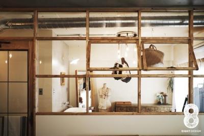 ガラス越しに望むショップのようなもうひとつの風景:マンションリノベーションK様邸 (ドレスルーム)