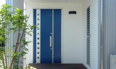 ブルーの扉が目を引く玄関|岐阜の家