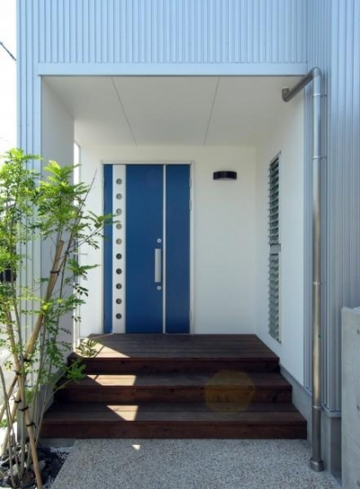 ブルーの扉が目を引く玄関 (岐阜の家)