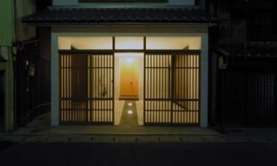 格子戸のある外観-ライトアップ|犬山の家
