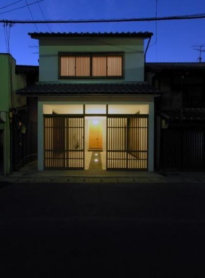 格子戸のある外観-ライトアップ (犬山の家)