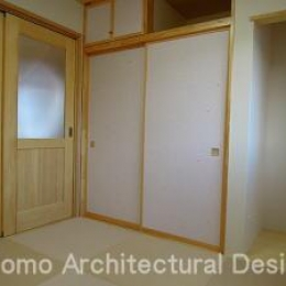クリーム色の畳を使用してリビングと一体に使用できる和室 (house-NMY)