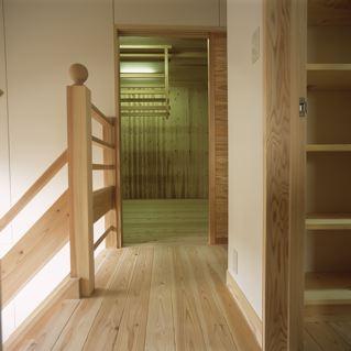 上諏訪の家の部屋 収納のある廊下