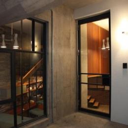 住居兼ワークスペース (ガラス扉のある玄関)