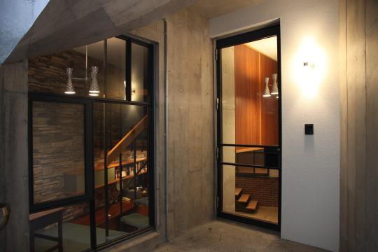 住居兼ワークスペースの写真 ガラス扉のある玄関