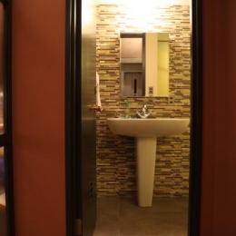 住居兼ワークスペース (シンプルなタイルの洗面室)