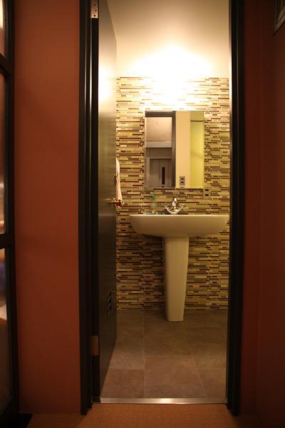 住居兼ワークスペースの写真 シンプルなタイルの洗面室