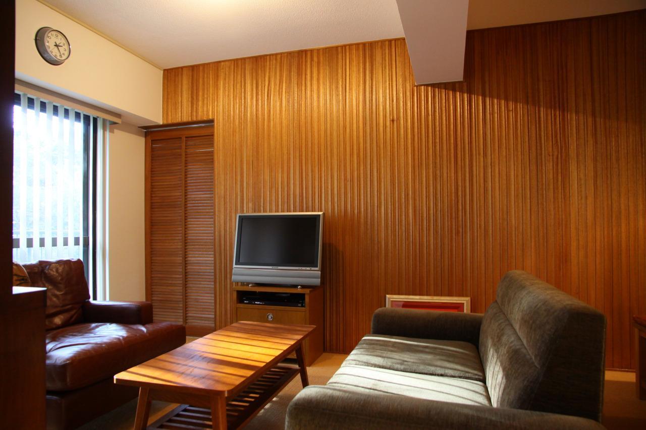 森の見えるヴィンテージマンションの部屋 奥まったリビングはどこか懐かしいような落ち着ける空間
