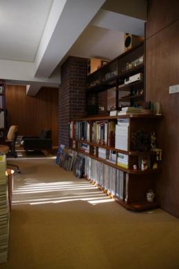 森の見えるヴィンテージマンション (ご家族の好きな本がぎっしり詰まった本棚)
