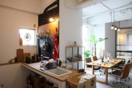 90平米のワンルーム (光が差し込むコンパクトなキッチン)
