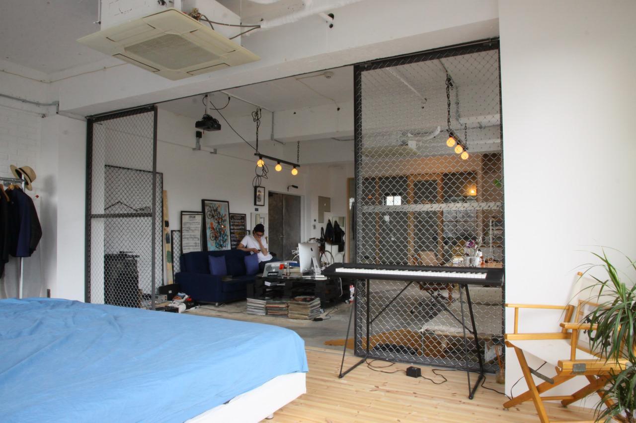90平米のワンルームの部屋 金網で仕切ったベッドルーム