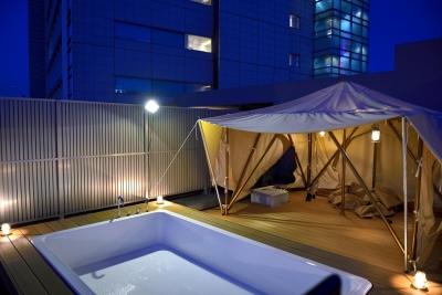 ルーフテラス:夜 (マンション最上階のルーフテラスで都心の眺めを楽しむテント&展望プール)