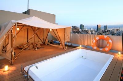 ルーフテラスのテント&プール:夕方 (マンション最上階のルーフテラスで都心の眺めを楽しむテント&展望プール)