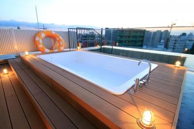 ウッドデッキプールと上向き照明 (マンション最上階のルーフテラスで都心の眺めを楽しむテント&展望プール)