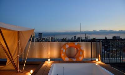 マンション最上階のルーフテラスで都心の眺めを楽しむテント&展望プール (時間とともに変化する眺望)