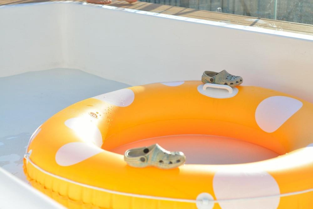 マンション最上階のルーフテラスで都心の眺めを楽しむテント&展望プール (日中のプールはお子様の遊び空間)