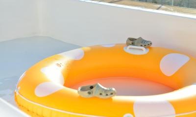 日中のプールはお子様の遊び空間|マンション最上階のルーフテラスで都心の眺めを楽しむテント&展望プール