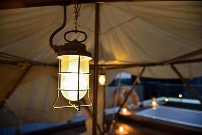 船舶用のマリンランプ (マンション最上階のルーフテラスで都心の眺めを楽しむテント&展望プール)