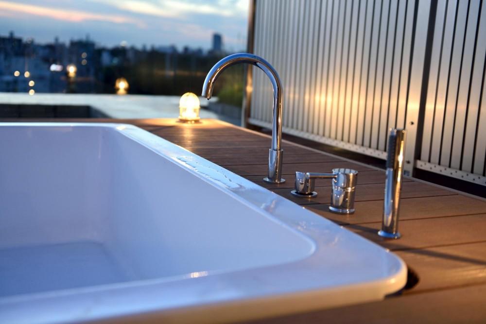 マンション最上階のルーフテラスで都心の眺めを楽しむテント&展望プール (洗練された水栓)