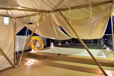明るさ十分の夜間テント内部 (マンション最上階のルーフテラスで都心の眺めを楽しむテント&展望プール)