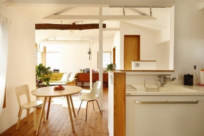 キッチン (大きな窓から見える富士山を楽しめる、明るい2階リビングの住まい)