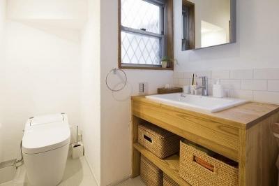 洗面・トイレ (大きな窓から見える富士山を楽しめる、明るい2階リビングの住まい)