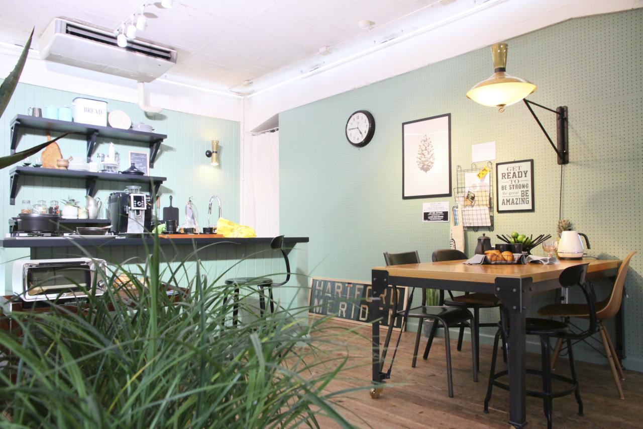 キッチン事例:グリーンの壁がアクセントなダイニングキッチン(青山 D邸)