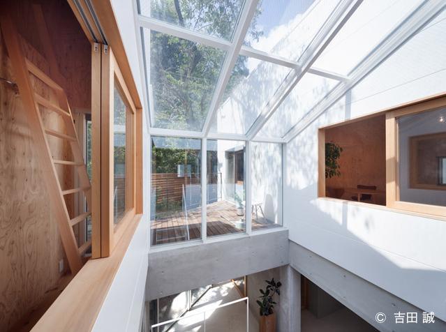 三鷹井の頭戸建てリノベーションPJの部屋 吹き抜け空間とウッドデッキテラスを眺める