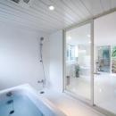 三鷹井の頭戸建てリノベーションPJの写真 白で統一されたバスルーム、トイレ、洗面コーナー