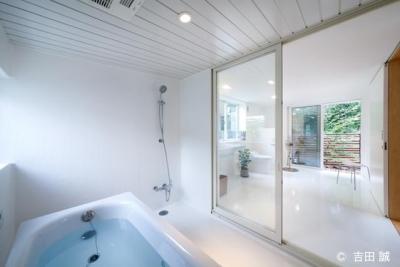白で統一されたバスルーム、トイレ、洗面コーナー (三鷹井の頭戸建てリノベーションPJ)