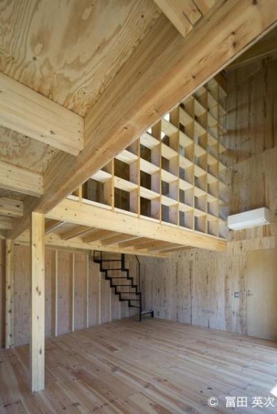 シンプルな階段と個性的な間仕切り (高松の住宅2)