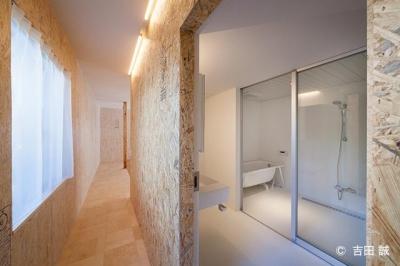 ガラス張りのバスルーム (青葉区しらとり台戸建てリノベーションPJ)