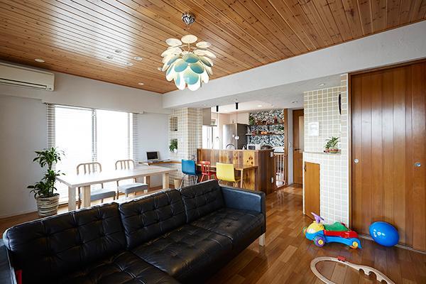 悩んで見つけた私たちの家 ~中古マンションリノベーションでかなえた憧れの住まい~の写真 杉板の天井が目を引くリビング