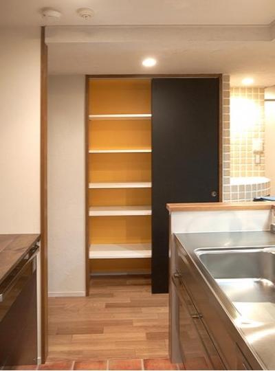 キッチンにある引き戸の収納 (悩んで見つけた私たちの家 ~中古マンションリノベーションでかなえた憧れの住まい~)